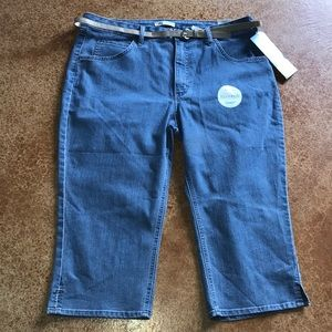 NWT Riders by Lee 18 mid rise Capri with belt